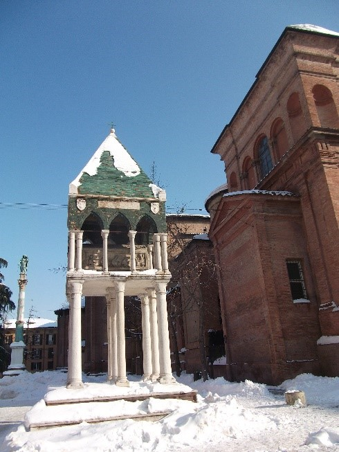 Photo 10. Basilica of San Domenico. One of the raised tombs in the adjacent square – in a snowy February (2012).