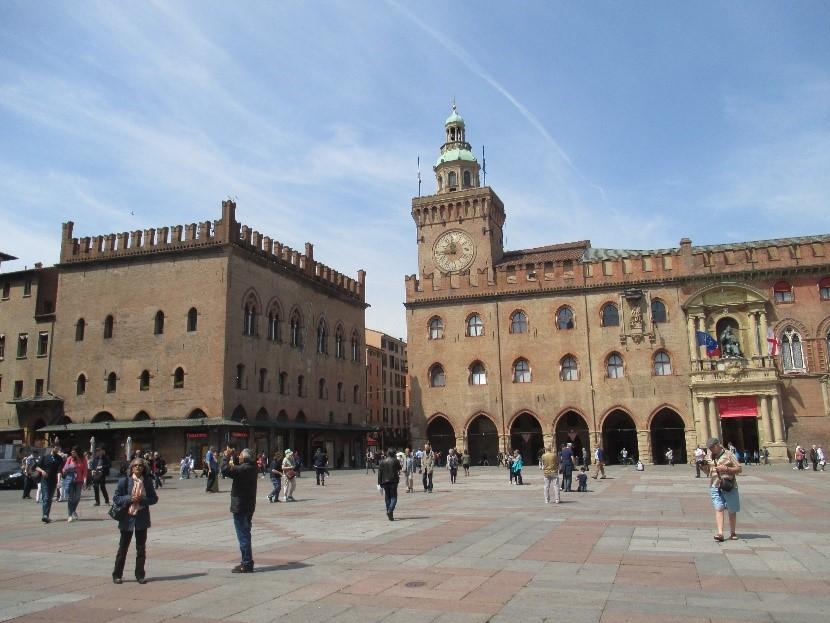 Photo 2   The Palazzo Comunale(Palazzo d'Accursio) – on the right – and the Piazza Maggiore.