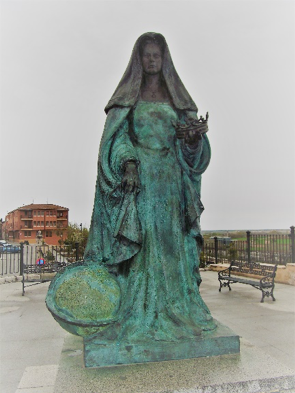 Modern statue of Juana in Tordesillas.